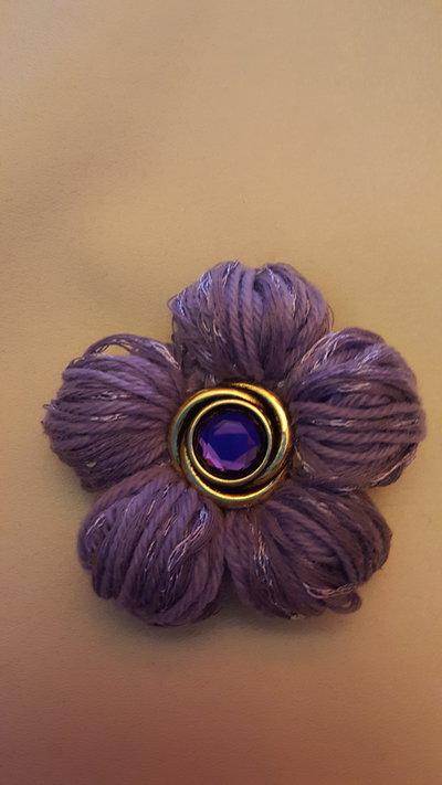 spilla fiore viola con bottone viola