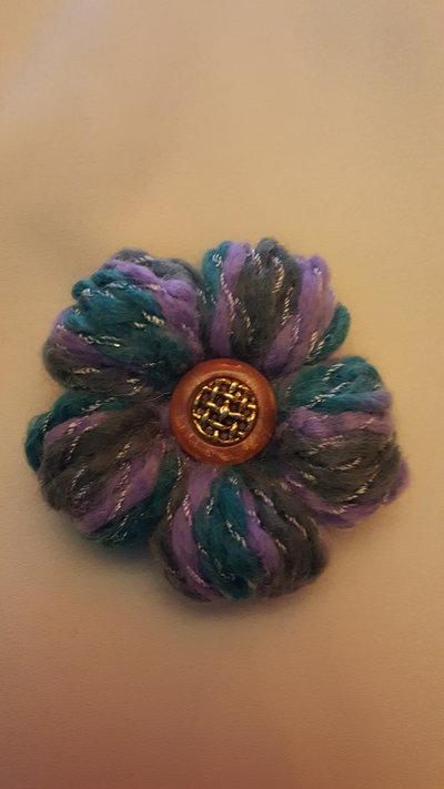 spilla fiore azzurra e lilla con bottone