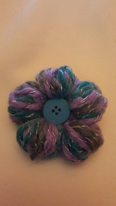 spilla fiore azzurra e lilla con bottone azzurro