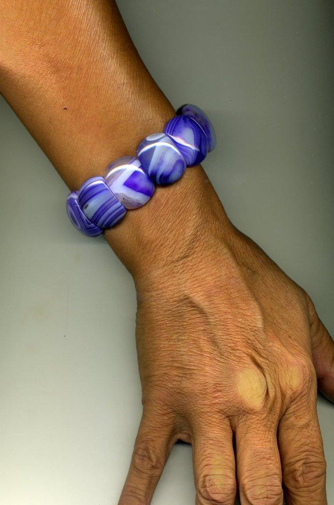 Bracciale elastico semirigido tipo manetta in agata striata viola