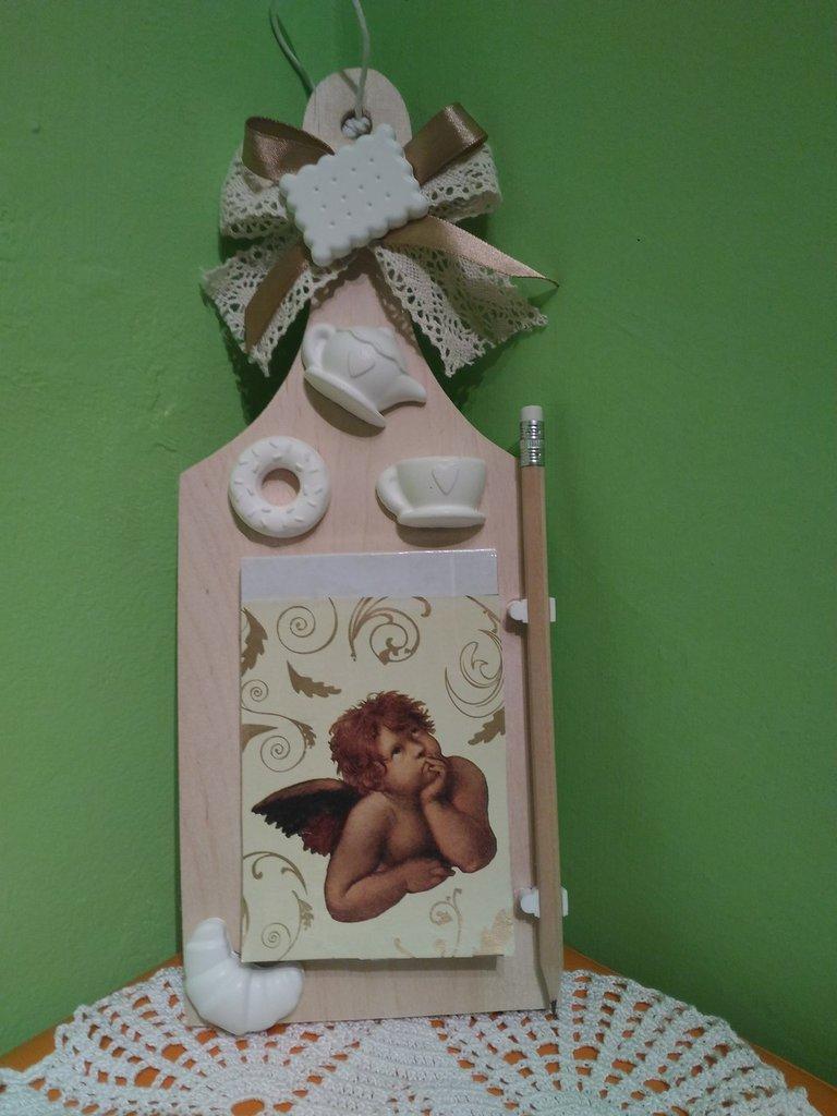Tagliere in legno shabby con gessetti bianchi idea regalo Natale.
