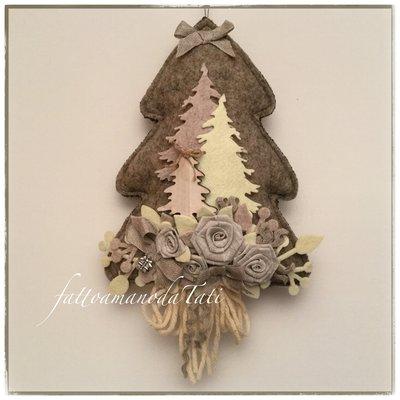 Albero in lana cotta -boschetto- decorato con rose di lino e alberi di feltro e legno tinte naturali