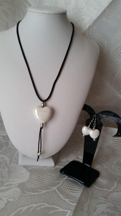 Parure di collana e orecchini con cuori in maiolica di Deruta