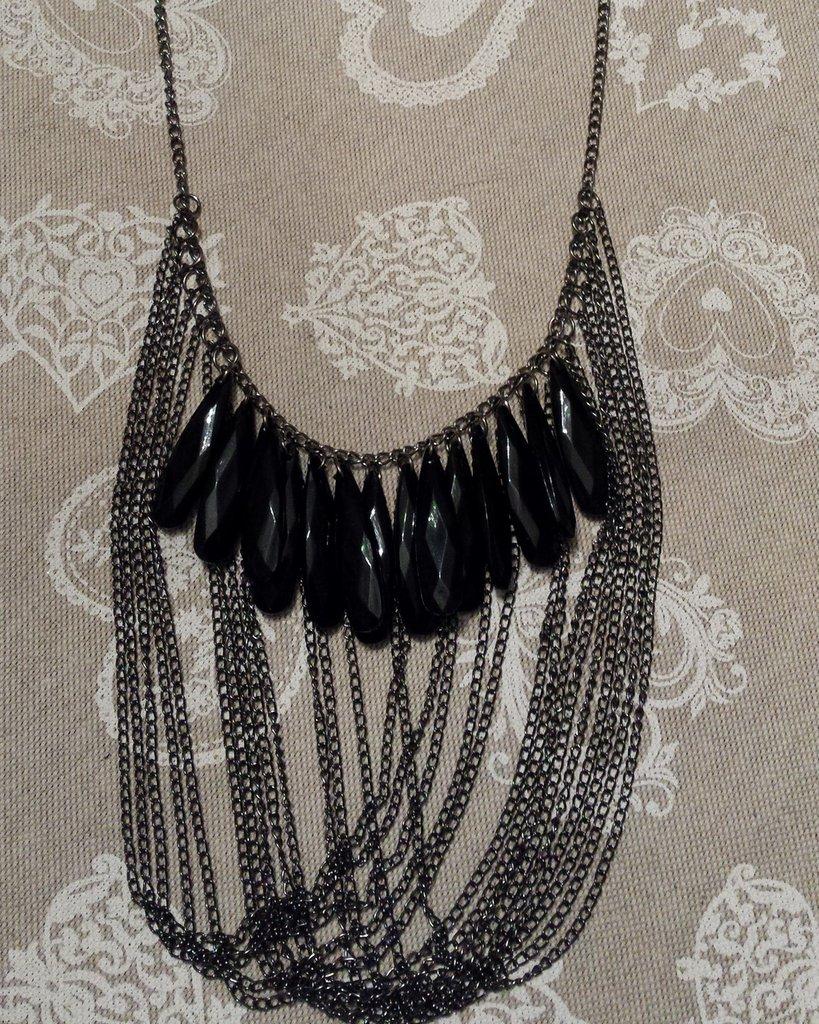 Collana lunga con cristalli neri a goccia