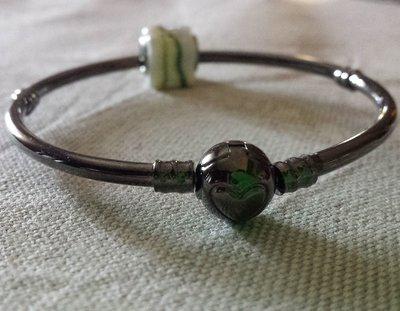 Bracciale rigido metallo nero con perla foro largo