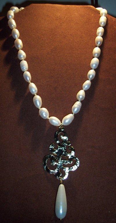 Collana di perle d'acqua dolce e ciondolo martellato in ottone