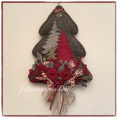 Albero in lana cotta grigia decorato con rose rosse e alberelli di feltro e legno