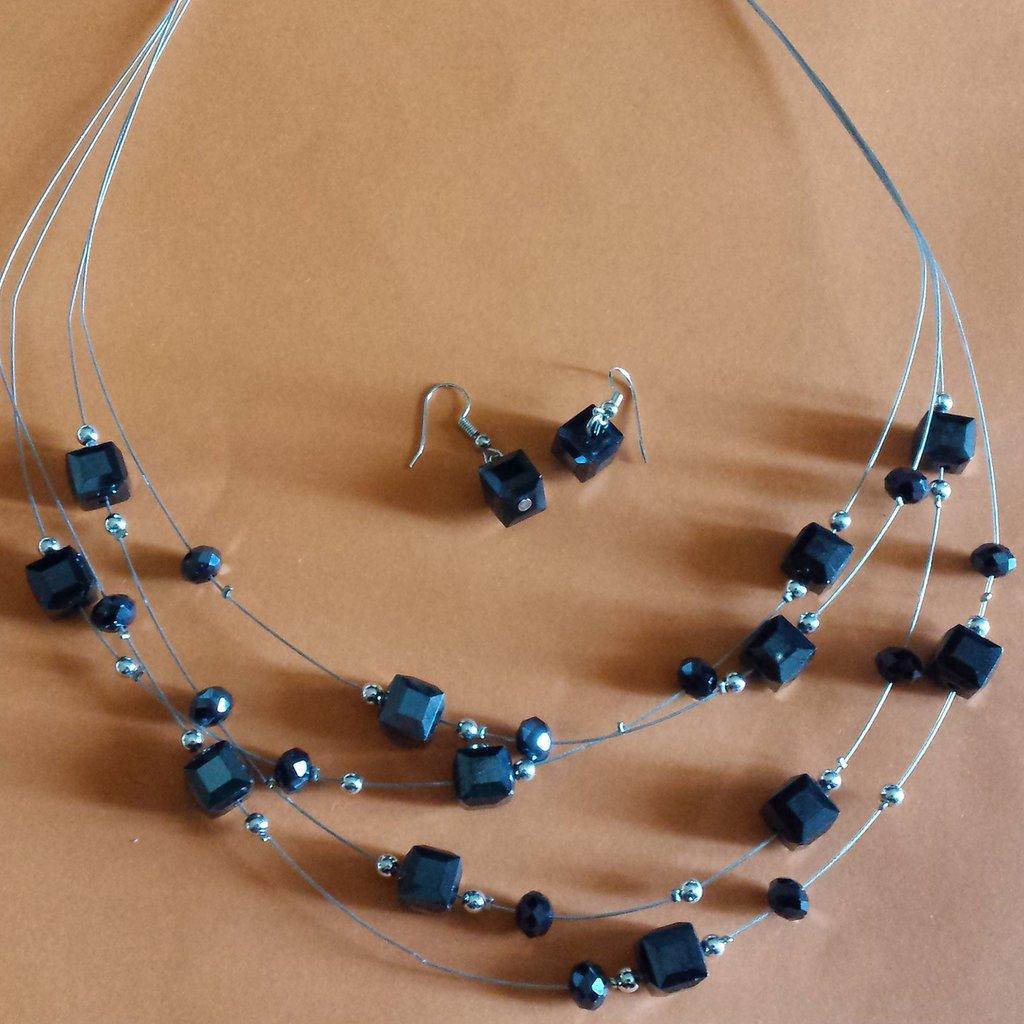 Collana multifilo con cristalli cubi neri