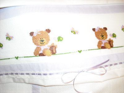 Set copertina e lenzuolini con orsetto bimba ricamati a for Ricami punto croce per lenzuolini