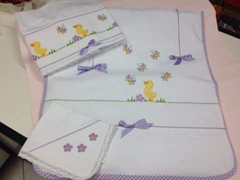 Set copertina e lenzuolini con pulcino bimba ricamati a mano per