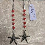 Orecchini con ganci anallergici nichel free, perline in agata rossa e ciondoli a forma di stella marina.