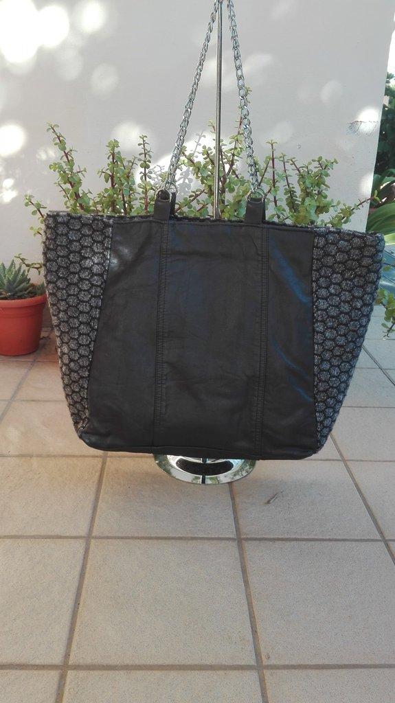 borsa a spalla, borsa in ecopelle nera, borsa in tessuto, manici a catena, maxi borsa, ecopelle reciclata