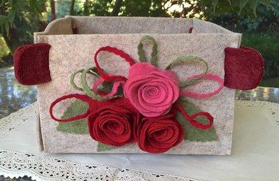 Cestino quadrato grigio melange con tre rose