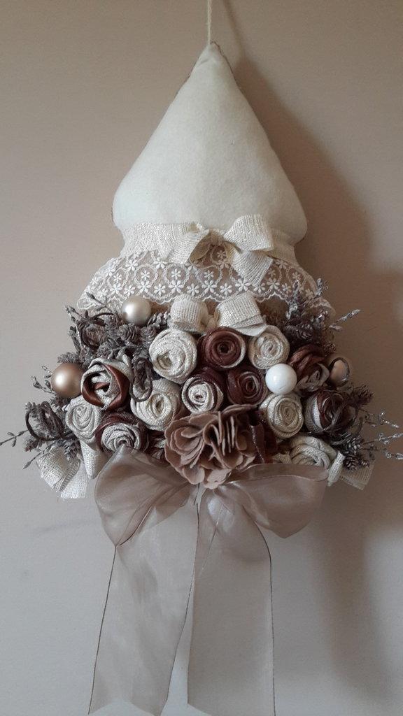 Albero di natale rivestito con preziosi fiori in tessuto e organza e arricchito con decorazioni in tulle di colore avorio