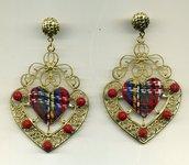 Grandi orecchini a cuore con centrale scozzese e resine rosse incise