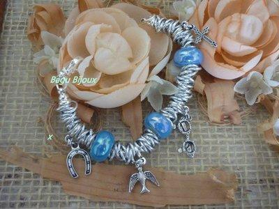 Bracciale con catena, ceramica azzurra e charms