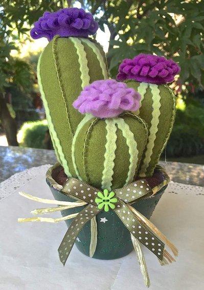 composizione di tre cactus in feltro con fiori lilla, fucsia e viola