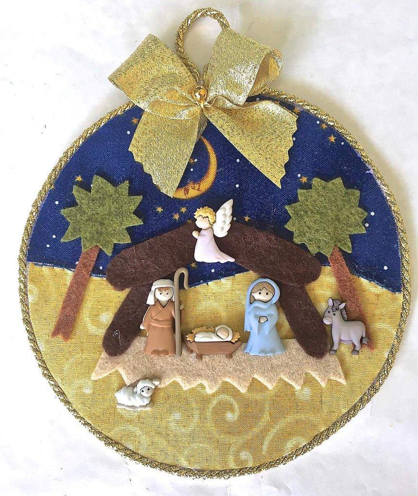 Decorazione natalizia con presepe di bottoncini