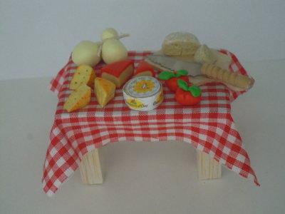 Tavolo con formaggi fatto a mano in fimo