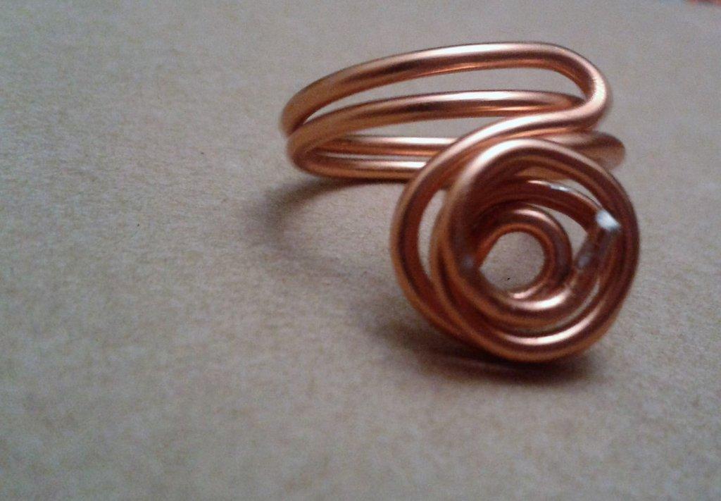 Anello con doppia spirale di metallo color rame lucido