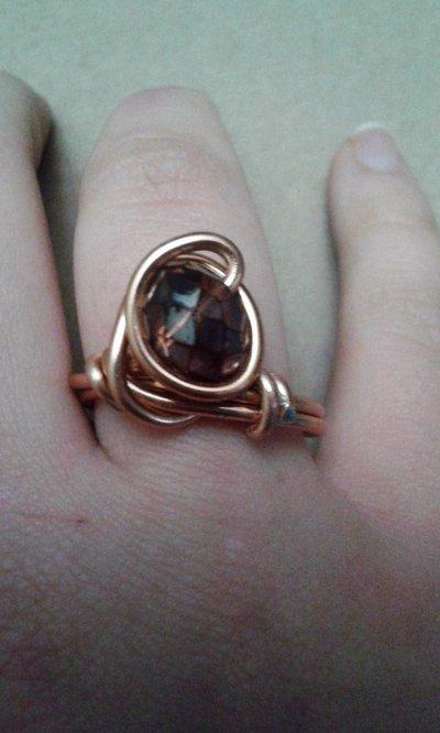 Anello in metallo color rame lucido con mezzo cristallo viola