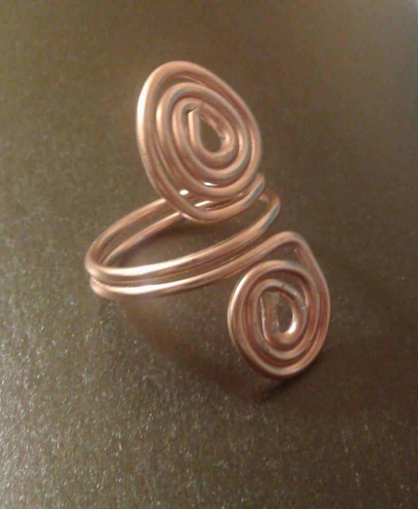 Anello con due spirali  in metallo color rame lucido