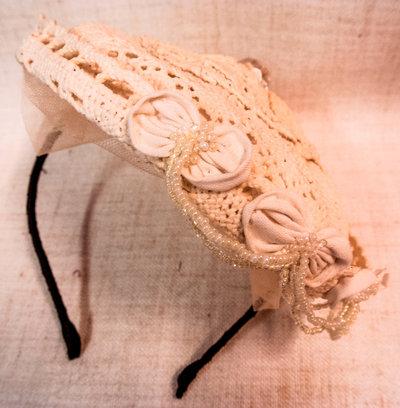 cerchietto a forma di mini cappello com tule e pietre pendenti