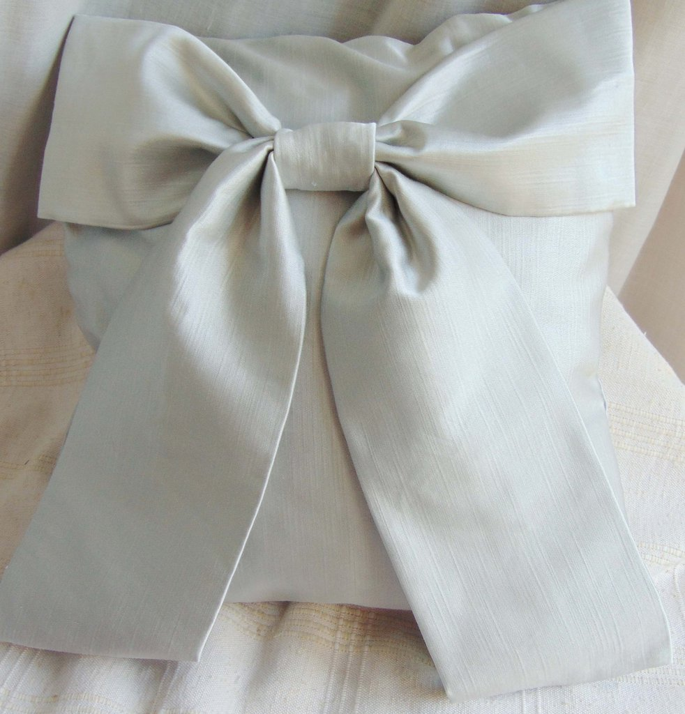 Cuscino grigio  con fiocco