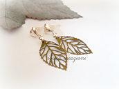 Orecchini con foglie in filigrana metallica