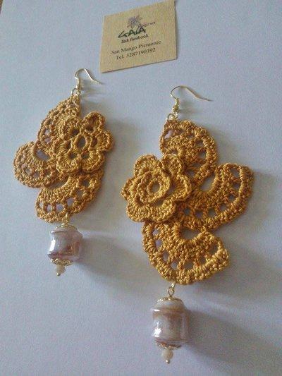 Orecchini giallo ocra ad uncinetto con pendente in vetro di Murano