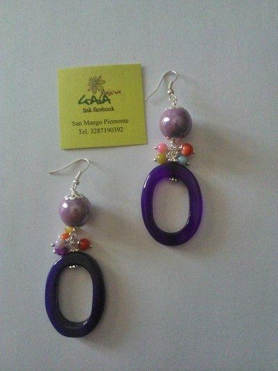 Orecchini con pallina in ceramica, madreperline e ovale in agata viola