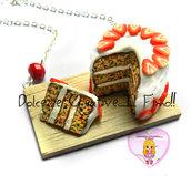 Collana Torta glassata con fette di fragole, pan di spagna e confetti colorati