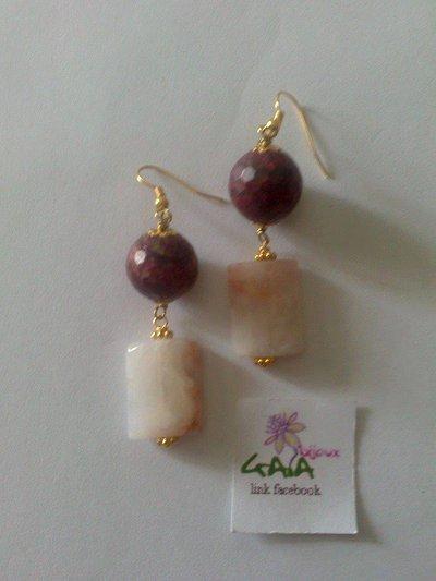 Orecchini con pallina in agata bordeaux variegata, rettangolo piatto in agata rosa chiaro