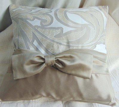 Cuscino beige fantasia con fiocco