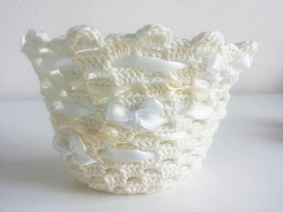 Cestino degli sposi portafedi uncinetto panna con fiocchetti bianchi in seta bianco e avorio