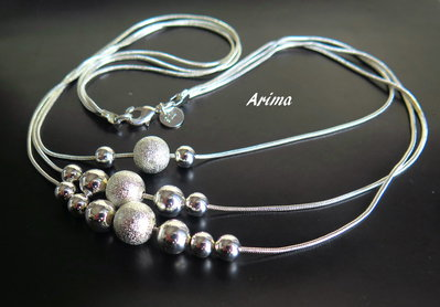 Collana argentata con  palline silver e polvere di stelle.