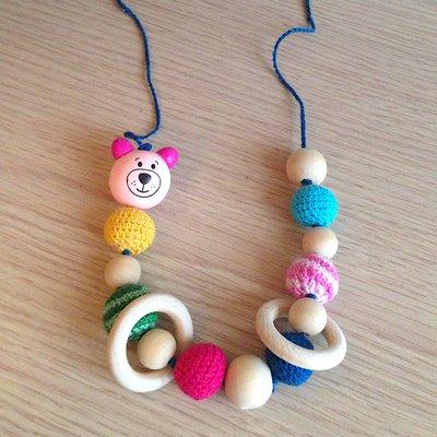 Collana da allattamento con perle amigurumi, anelli di legno e orsetto