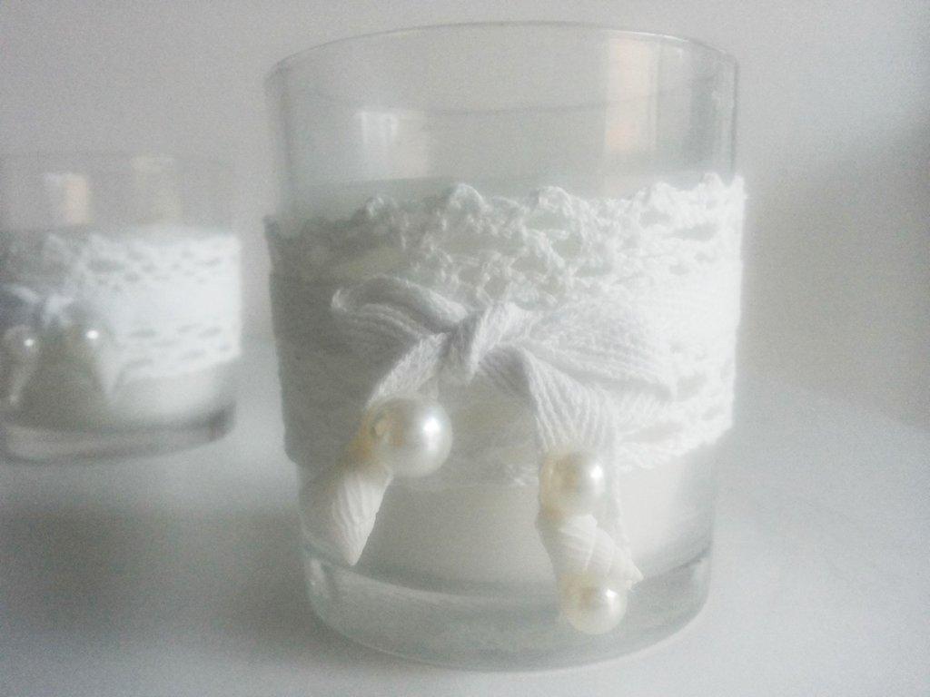 Candela in vasetto vetro con nastro in pizzo perle e conchiglie