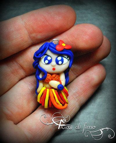 ciondolo bambolina| ciondolo fimo| ciondolo hawaiana| doll pendant| ciondolo pasta polimerica| ciondolo bambolina hawaiana