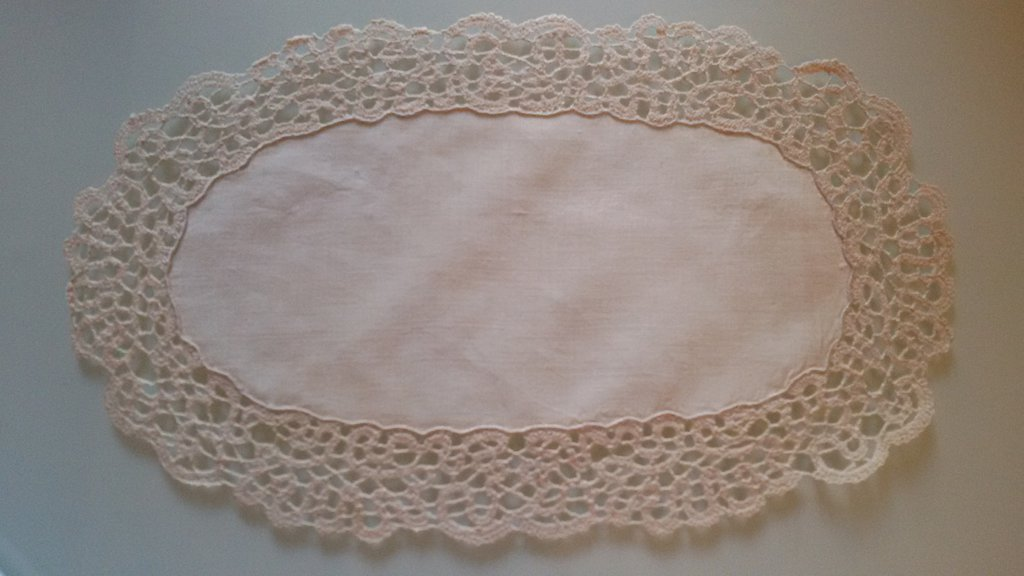 Centrino ovale in lino con bordura a tombolo