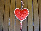 Addobbo di Natale a forma di cuore Amigurumi all'uncinetto bianco e rosso con stelline argento e oro