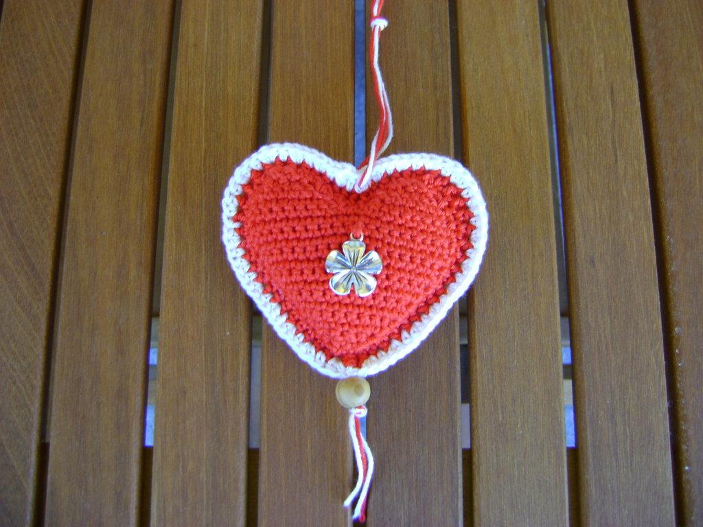 Addobbo di Natale a forma di cuore Amigurumi all'uncinetto con charm fiocco di neve bianco e rosso