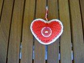 Addobbo di Natale a forma di cuore Amigurumi all'uncinetto bianco e rosso con bottone in plastica semi trasparente