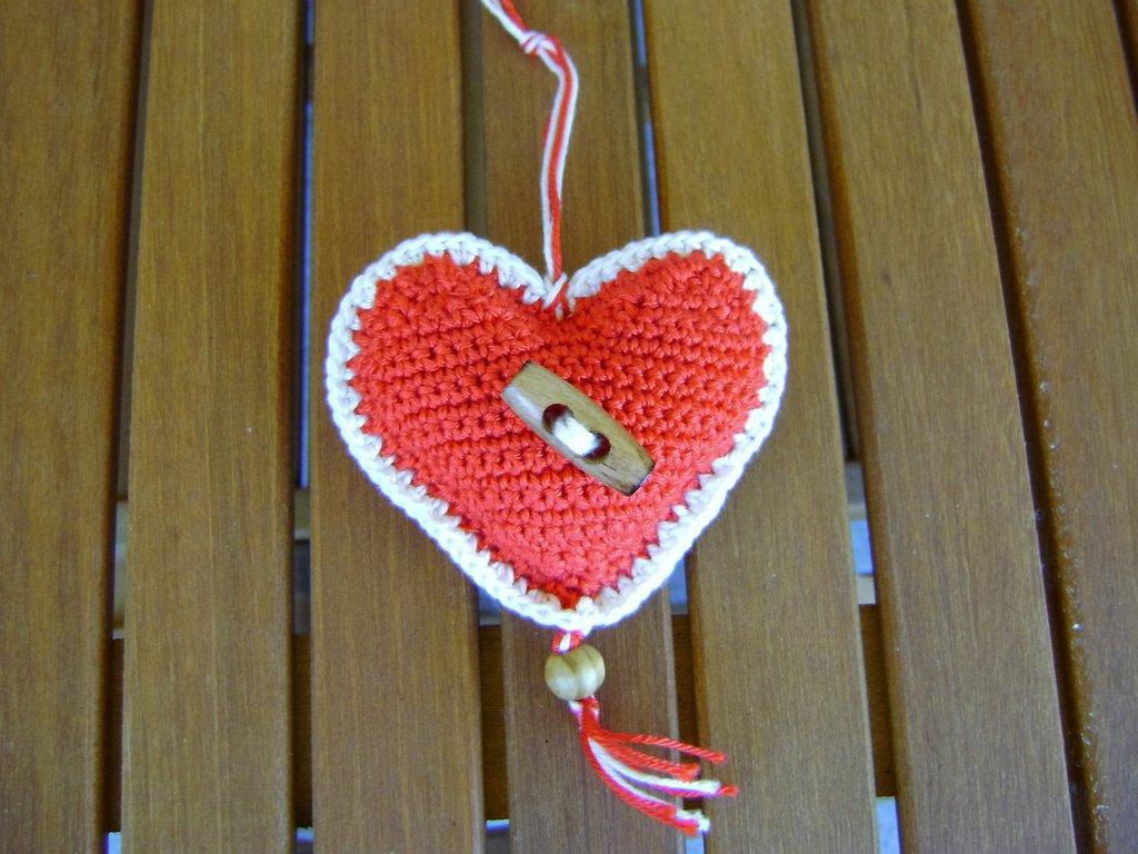 Addobbo di Natale a forma di cuore Amigurumi all' uncinetto bianco e rosso con bottone decorativo stile Montgomery