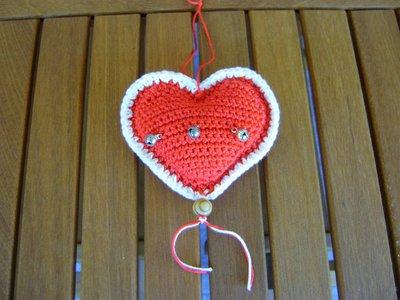 Addobbo di Natale a forma di cuore Amigurumi all' uncinetto bianco e rosso con campanellini
