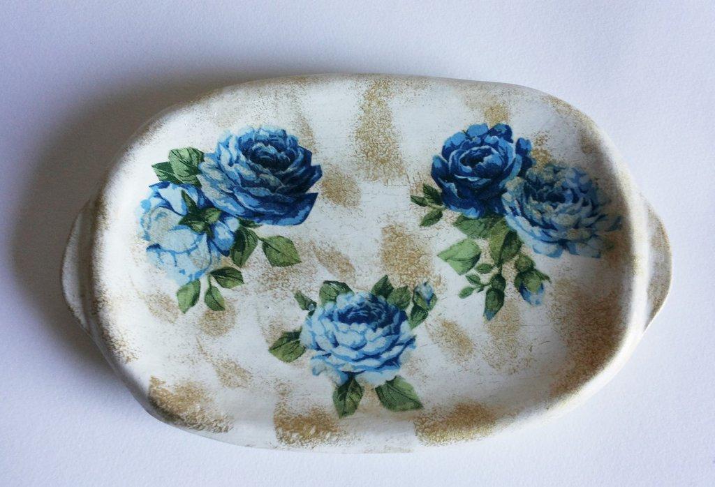 Piccolo vassoio con finitura bianca e decorazione con tecnica decoupage rose blu e oro