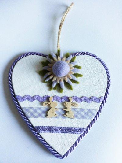 Cuore in legno da appendere verniciato in bianco e decorato con feltro e nastri passamaneria color lilla