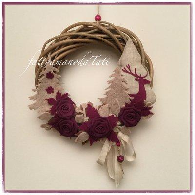 Corona in salice decorata con rose di lino color ciclamino e alberelli