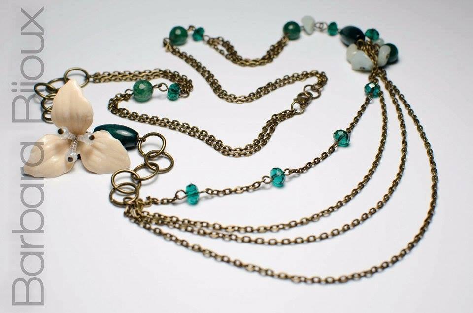 Collana ispirata alla terra, con perle di legno, mezzi cristalli e pietre dure.