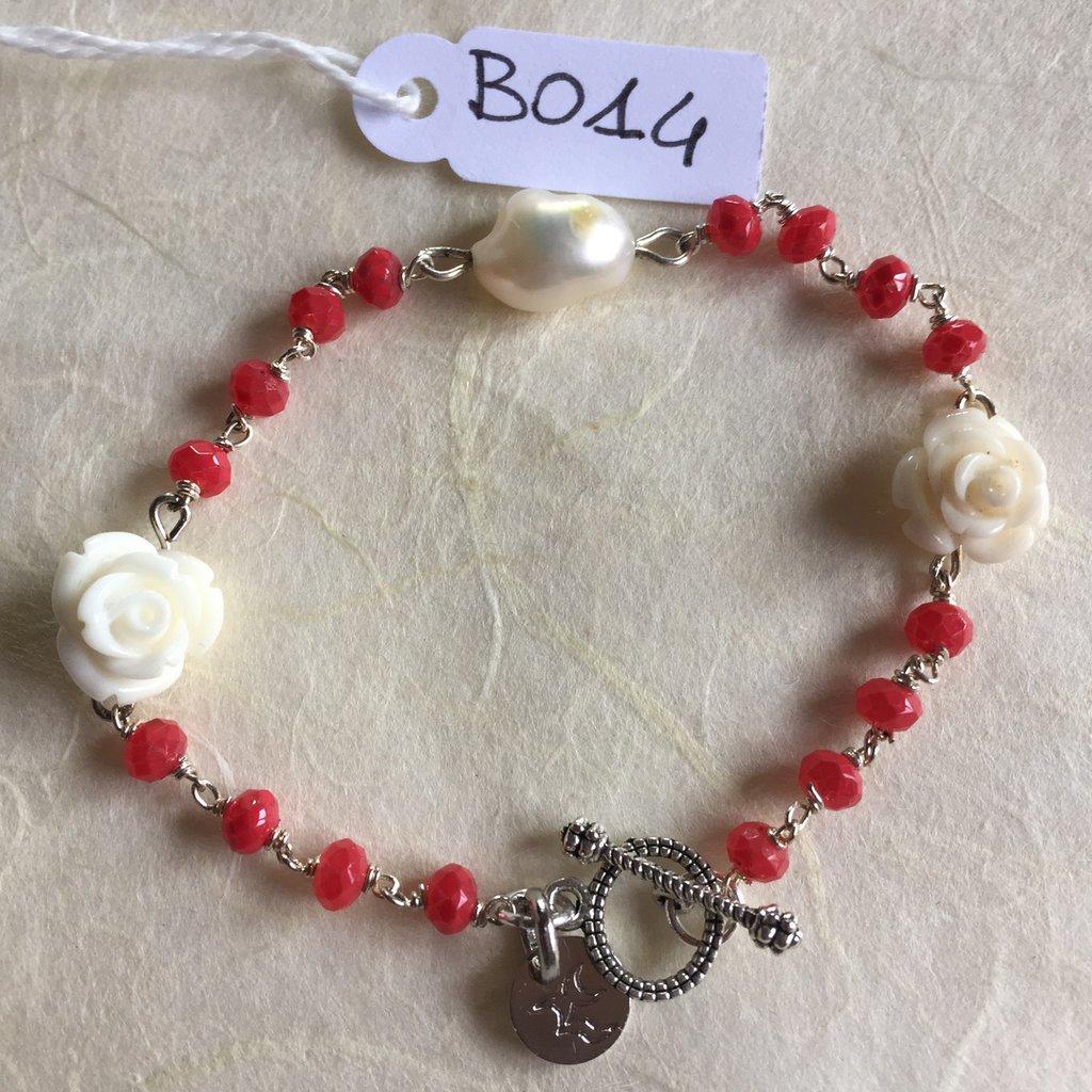 Bracciale con rose in resina, perline di agata corallo e perla di fiume.